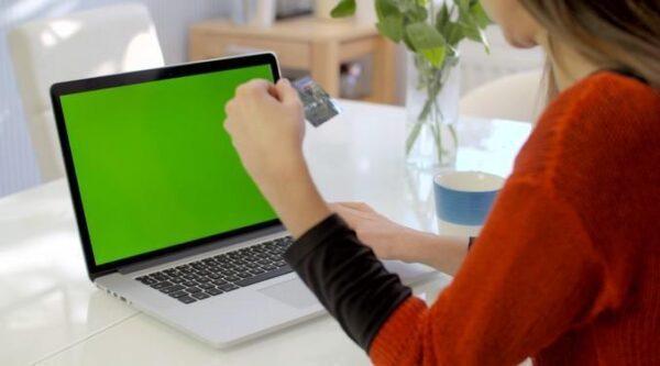دانلود فوتیج کروماکی کار با لپ تاپ و تبلت و تلفن همراه